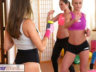 Fitness-Räume Lesben-Liebhaber machen sich gegenseitig Sperma nach dem Fitnessstudio