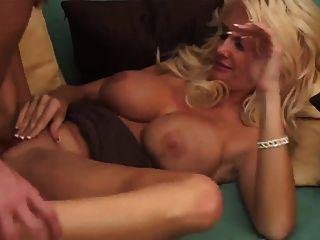 sexy blonde MILF in Fersen nimmt eine Gesichtsbehandlung
