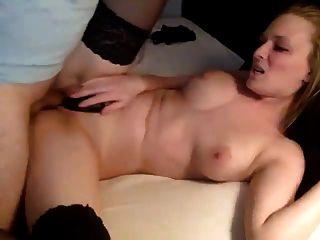 Paar filmen sich im Schlafzimmer Gesichtsbehandlung