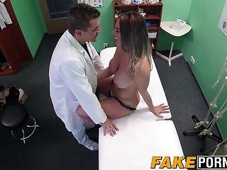 heiße blonde Victoria macht einen sexuellen Deal mit ihrem Arzt