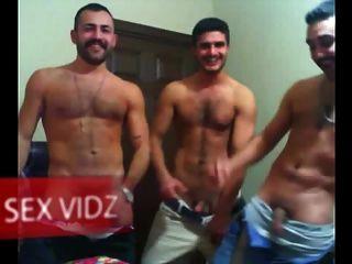 drei arabische Kerle mit einem Wichsen Partei arabischen Homosexuell