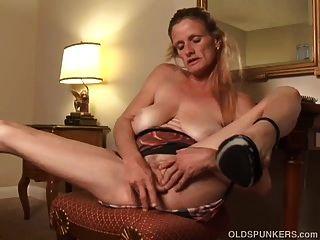 Skanky Old Spunker fickt ihre durchnässte Muschi