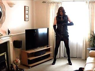 Alison spielt in ihrem neuen PVC-Kleid und Handschuhe