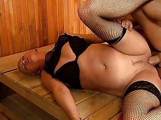 mit kurzem Haar reifen wird in der Sauna gefickt