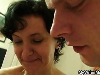 sie findet ihre alte Mutter, die BFs Schwanz reitet