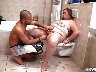 geiler Kerl fickt vollbusig im Badezimmer