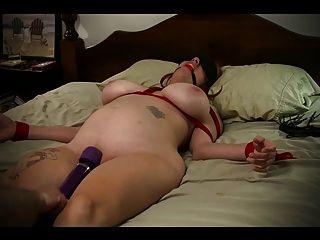 Sklavin an Bett gebunden und zum Orgasmus geschlagen