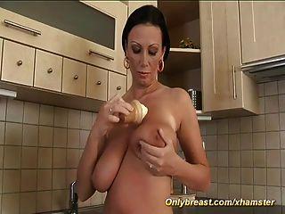 MILF Pandore zeigt ihre Monster Titten