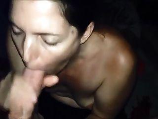 Frau schluckt eine Ladung