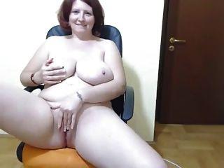 kurvige Amateurin mit riesigen Titten necken und masturbieren