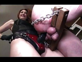 zwei Herrinnen dominieren und ficken gefesselten Sklaven