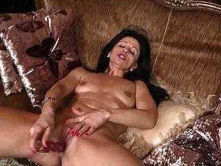 reife süße Mutter füttert ihre alte Vagina