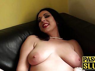 heiße MILF Harley Sünde bekommt ihre nasse Pussy mit einem Sexspielzeug gerieben
