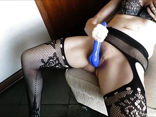wyfe streicht ihren schönen blauen Schwanz zum Orgasmus