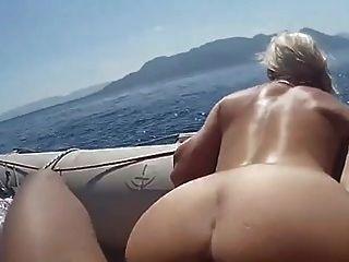 nicht Mama und Sohn bekommen ein Boot
