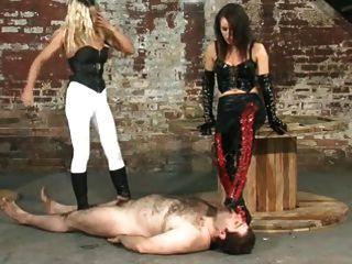 zwei Herrinnen dominieren ihren Sklaven