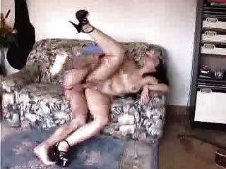 haarige Frau tut anal mit Freund, während Hubby Filme