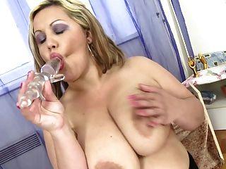 schicke mollige Mutter mit riesigen saftigen Titten