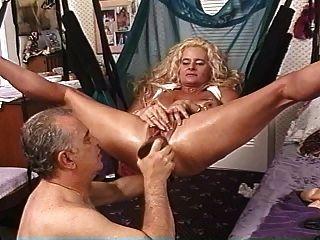 reife blonde Schlampe in Sling mit riesigen Dildos gefüllt