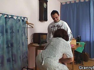 alte Hündin wird von zwei jungen Typen geknallt