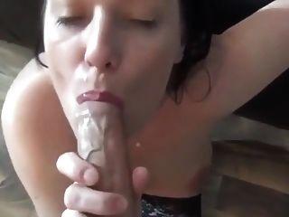 süße Mädchen nimmt eine Cumshot mit einem goldenen Piss Chaser