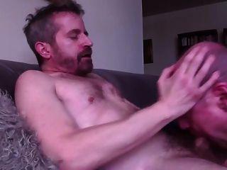 älterer Sauger schluckt die Last von stöhnendem Homosexuell