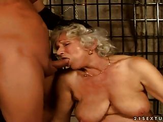 haarige Oma Norma Dungeon Sex