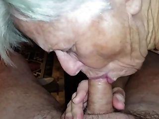 Oma hat nicht vergessen, wie man Schwanz lutscht