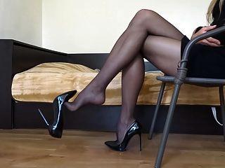 Dangling meine schwarzen Stiletto High Heels tragen schwarzen Strumpf