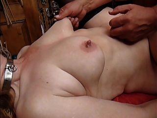 quetschen und ziehen die Brustwarzen meiner Sklavin z