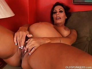 hübsche schwangere MILF fickt ihre fette saftige Pussy für dich
