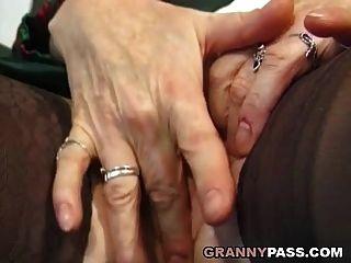 Oma Finger ihren Arsch