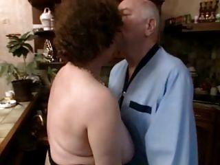 Französisch in Strümpfen gereift wird tief sodomized