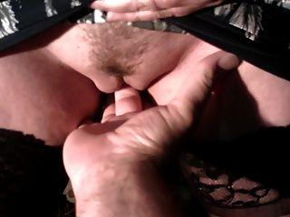auf der Hand seines Mannes pinkeln.