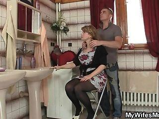 alte Schwiegermutter springt auf seinen großen Schwanz