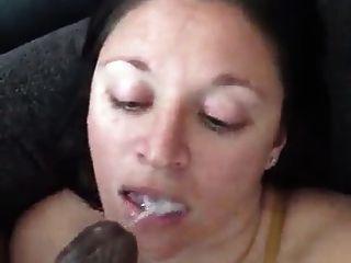 weißes Mädchen ist so schlampig mit einem schwarzen Schwanz im Mund