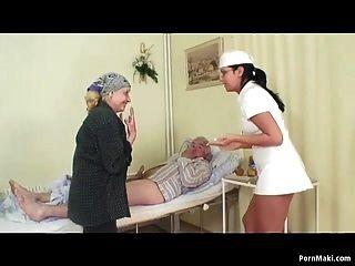 Oma Uhren Opa fickt Krankenschwester im Krankenhaus