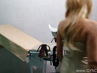 Exame Blonde spritzen auf Gyno Stuhl