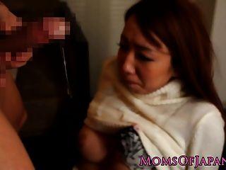 japanische Mutter von harten Schwanz gefickt