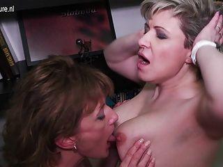 zwei reife Arsch und haarige Muschi lesbische lickers