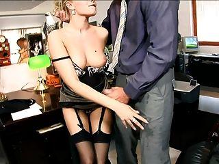 Sekretärin wird in schwarzen Nahtstrümpfen gefickt