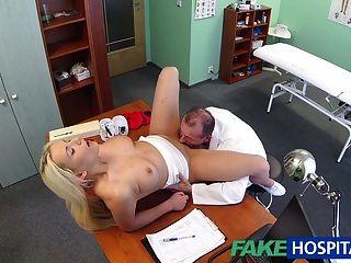 Fakehospital Arzt hilft Blondine bekommen eine nasse Pussy