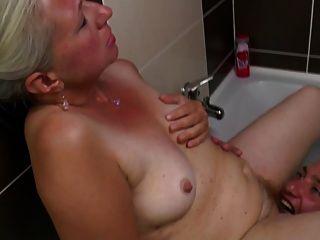 alte Mutter nimmt jungen Schwanz im Badezimmer