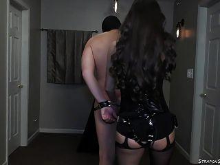 Herrin lydia spanks mit gürtel und strap am pegging