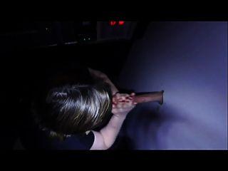 Frau bläst einen Kerl durch das glory Loch, während Mann-Uhren