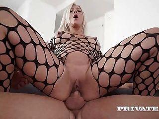 milf nikyta genießt harten anal, während ihr Mann
