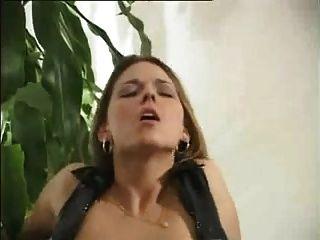 junges Mädchen braucht Schwanz nicht nur in ihrem engen Arsch