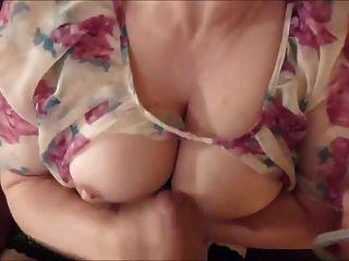 Mutter streicht eine große Ladung Sperma auf ihre Brust