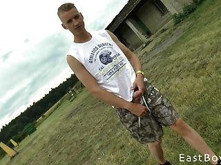 Tschechischer Junge mit riesigen Schwanz bekommt Outdoor-Handjob