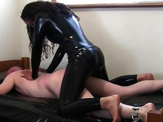 Domina großen roten Dildo Strapon Latex Catsuit